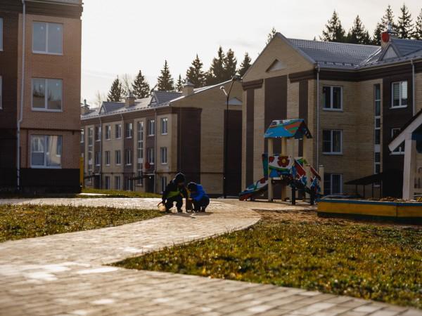 Детская площадка и юные жители
